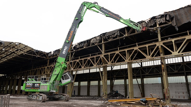 Sennebogen takes down 100-year-old steel building